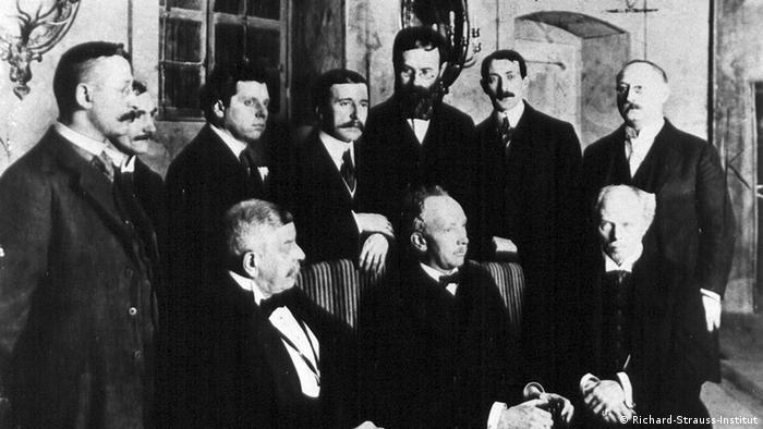 Макс Рейнхард, Гуго фон Гофмансталь (стоят, второй и третий слева) и Рихард Штраус (сидит, в центре) после премьеры ''Кавалера розы'' с командой постановщиков