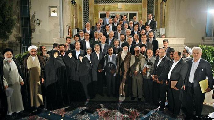 علی خامنهای، رهبر جمهوری اسلامی، همواره از کابینه محمود احمدینژاد، به عنوان کارگزار و خادم مردم نام میبرد و مدت هشت سال از وی حمایت کرد