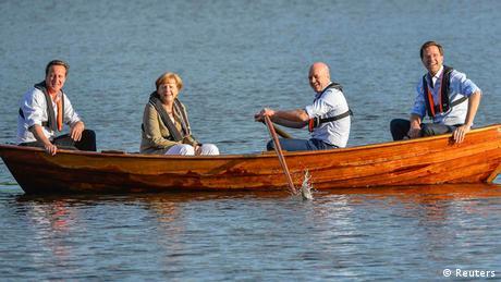 Mini-Gipfel in Schweden Merkel im Boot Symbolbild in einem Boot sitzen