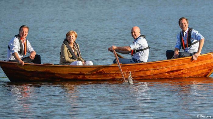 Mini-Gipfel in Schweden Merkel im Boot Symbolbild in einem Boot sitzen (Reuters)