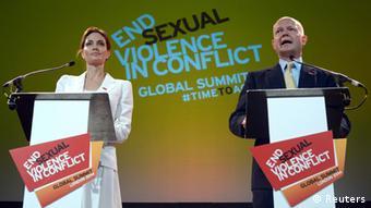 برطانوی وزیر خارجہ ولیم ہیگ اور اقوام متحدہ کے ہائی کمشنر برائے مہاجرین کی خصوصی سفیر انجلینا جولی دس جون کو لندن کانفرنس میں افتتاحی تقاریر کرتے ہوئے