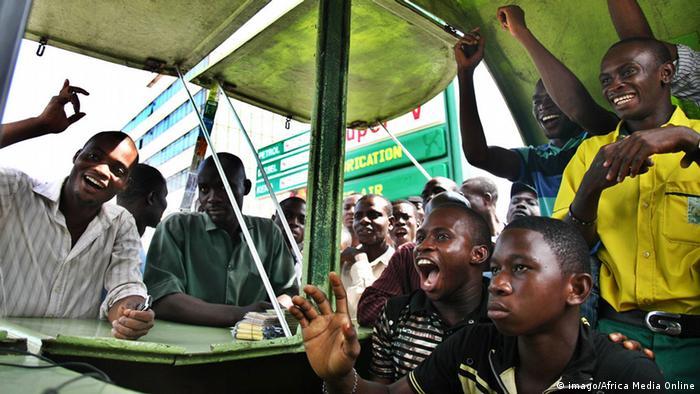 Kenianische Fußballfans vor dem TV