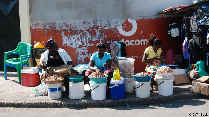 Vendedores de castanha de caju, no mercado de Inhambane, sul de Moçambique