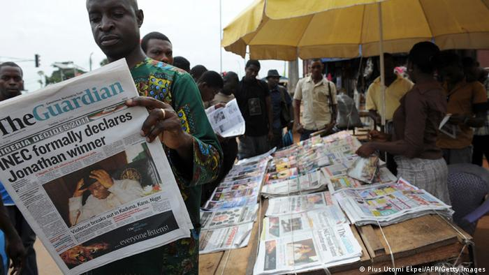 Zeitungskiosk in Nigeria Foto: PIUS UTOMI EKPEI/AFP/Getty Images