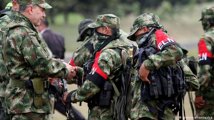 Guerrilleros del ELN entregan sus armas en 2013.