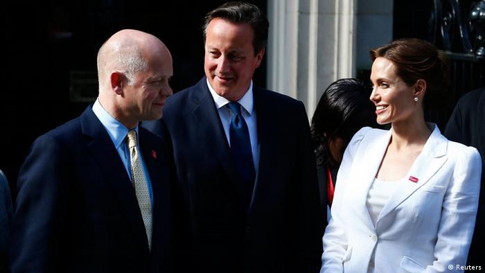 Außenminister Hague, Premier Cameron und Schauspielerin Jolie beim Meinungsaustausch in London (Foto: Reuters)