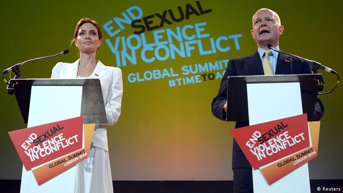 Angelina Jolie und William Hague bei der Eröffnung der Konferenz in London (Foto: Reuters)