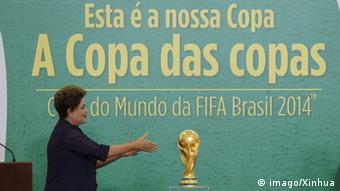 Brasilien Präsidentin Dilma Rousseff mit WM-Pokal