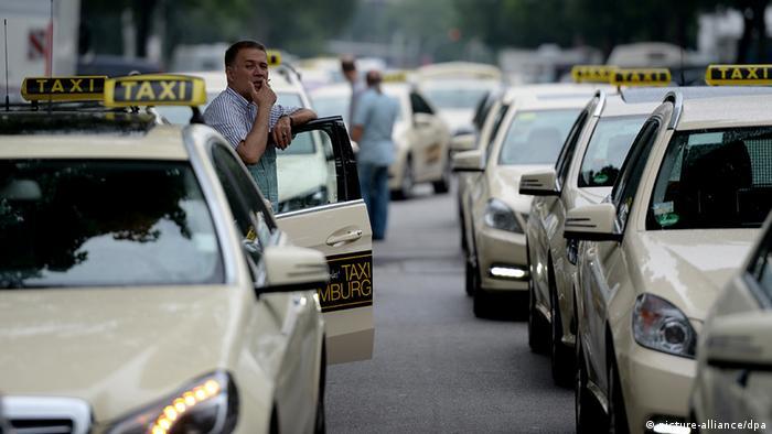 Deutschland Taxifahrer demonstrieren in Hamburg gegen Smartphone Taxi App
