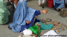 Afghanistan Bettelnde Frau mit Kind Jalalabad