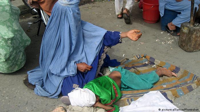 Afghanistan Bettelnde Frau mit Kind Jalalabad (picture-alliance/Photoshot)
