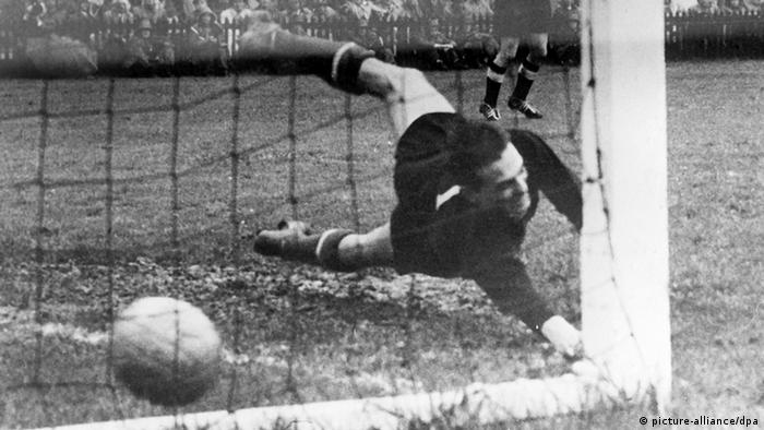 Helmut Rahn, faltando sete minutos para o fim, marca o terceiro gol, que seria o gol do título alemão