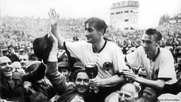 Fritz Walter im jahr 1954 mit dem WM-Pokal in Berner Wankdorf-Stadion in der Hand. (picture-alliance/dpa)