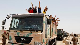 Männer stehen auf der Ladefläche eines Militär-Lastwagens (Foto: REUTERS/Ahmed Saad)