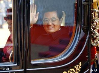 China's leader Hu Jintao bypassed protests in London in the royal coach