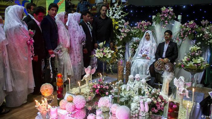 تلاشهای حکومت ایران برای جلب توجه جوانان به ازدواج تاکنون نتیجه مثبتی نداشته است (عکس: ازدواج همزمان ۱۰۰ زوج در قم)