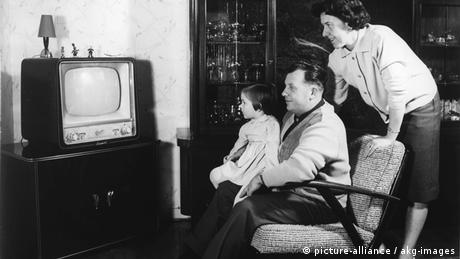 Familie in den 1950ern vor dem Fernseher (Rechte: Picture-alliance/akg-images)