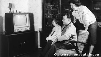 Deutschland Geschichte Wirtschaftswunder Familie vor dem Fernseher