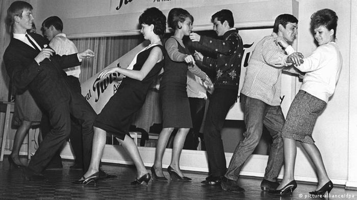 Die ersten Twistschüler in einer Frankfurter Tanzschule, aufgenommen im November 1961. (Quelle: picture-alliance/dpa)