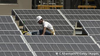 Arbeiter in einer Solaranlage in Indien