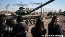 epa04148686 Russian soldiers unload the new modified Russian T-72 tanks from railway platforms on the railway station in Gvardeyskoe village near Simferopol, Crimea, Ukraine, 31 March 2014. The new tanks will be based in former Ukrainian military base in Perevalnoe village. Russian soldiers unload the new modified Russian T-72 tanks from railway platforms on the railway station in Gvardeyskoe village near Simferopol, Crimea, 31 March 2014. EPA/SERGEI ILNITSKY +++(c) dpa - Bildfunk+++