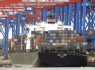 Containerschiffe liegen am Containerterminal Altenwerder, einem Gemeinschaftsunternehmen der Hamburger Hafen- und Lagerhaus-AG (HHLA) und der Reederei Hapaq Lloyd (Foto: dpa)