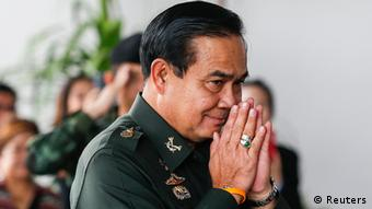 Thailand General und Armeechef Prayuth Chan Ocha - Thai Army chief General Prayuth Chan-ocha makes a gesture of greeting as he arrives ahead of a meeting to discuss the 2015 national budget at the Army Club in Bangkok June 13, 2014. Thailand's military leader General Prayuth said on Friday that the ruling military council had no immediate plans to maintain a costly state rice subsidy scheme initiated by the country's ousted government. REUTERS/Athit Perawongmetha (THAILAND - Tags: POLITICS MILITARY BUSINESS AGRICULTURE)