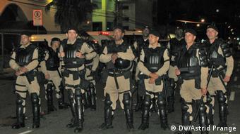 La policía vigila la fiesta futbolística.