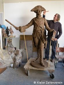 Скульптор Александр Таратынов рядом со своим творением