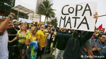 Copacabana Fans und Demonstranten 12.06.2014 (Foto: Getty Images)