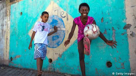 Symbolbild - Mädchen spielen Fußball in der Favela