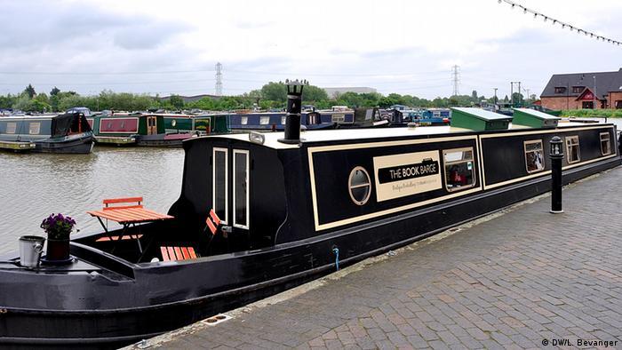 The Book barge in Burton (photo: Lars Bevanger)