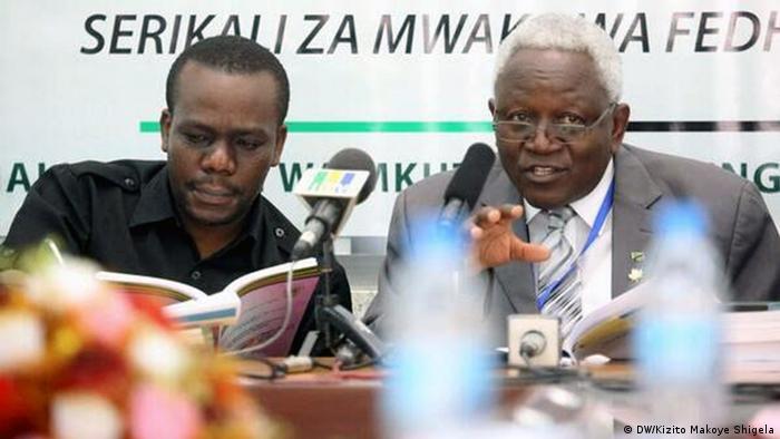 Mbunge wa Kigoma Kaskazini, Zitto Kabwe (kushoto) na Mkaguzi Mkuu wa Serikali, Ludovick Utoh.