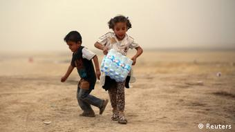 Two small children alone in the desert Photo: REUTERS/Stringer