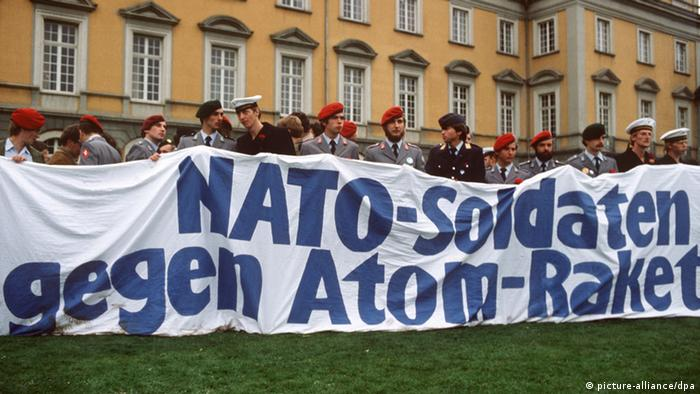 Soldiers hold a sign reading NATO soldiers against nuclear missiles at a peace protest in Bonn in 1981 (picture-alliance/dpa)