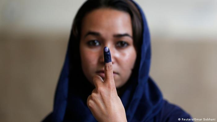 Eine Afghanin zeigt ihren wahl-markierten Finger (Foto: REUTERS/Omar Sobhani)