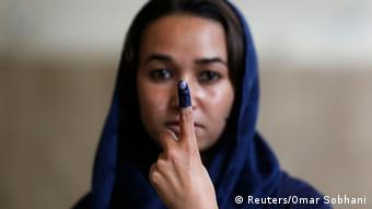 Afghan woman holds up his ink-stained finger after voting in the presidential election in Kabul June 14, 2014 (Photo: REUTERS/Omar Sobhani)
