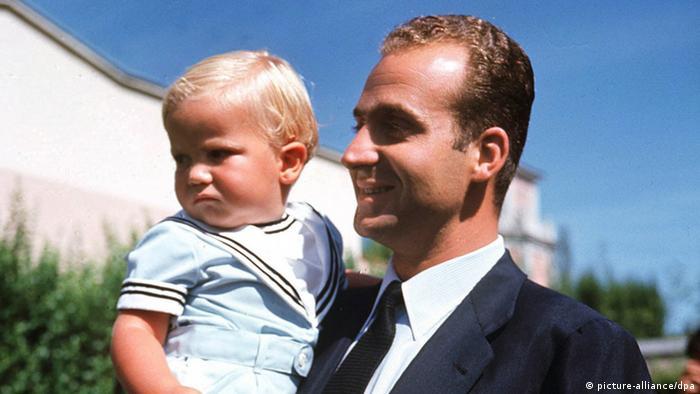 Spaniens Kronprinz Felipe 1969 mit seinem Vater König Juan Carlos. (Foto: picture-alliance/dpa)