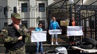 Протесты у здания посольства РФ в Киеве