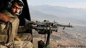 A gunner of a Pakistani military helicopter mans his position above the mountains as Pakistani army's operation against foreign and homegrown Islamic militants continues, 06 December 2007 in Swat valley (Photo: EPA/OLIVIER MATTHYS +++(c) dpa - Report+++)