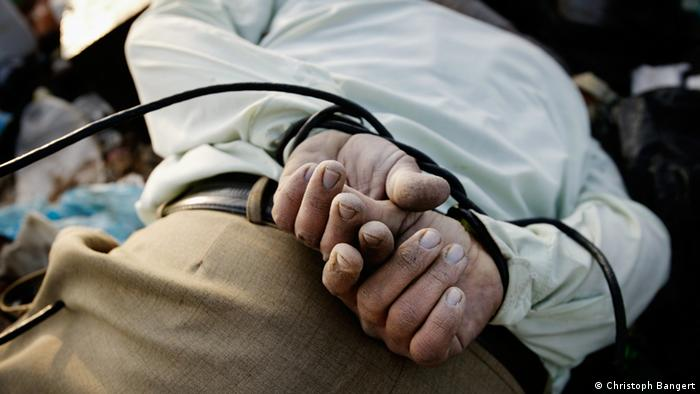 Cuffed hands of a dead body (Foto: Christoph Bangert)