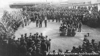 Έλληνες στρατιώτες χορεύουν τσάμικο τον Οκτώβριο του 1916 στο στρατόπεδο Μόις του Γκέρλιτς