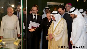 Ulrike al-Khamis showing the exhibition to Sheikh Sultan III bin Mohammed al-Qasimi, Emir of Sharjah, and the Director of the Ethnological Museum in the Vatican, Father Nicola Mapelli, Photo: sharjahmuseum.ae