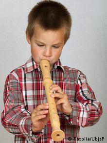 Ein Junge spielt Blockflöte