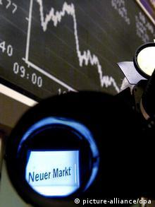 Smbolbild Börsenblase: der DAX-Index an der Börse in Frankfurt, im Vordergrund sieht man durch eine Kamera den Schriftzug Neuer Markt