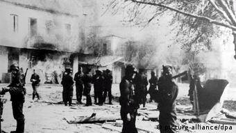 Λίγο μετά την εκτέλεση 218 κατοίκων του Διστόμου, τα SS καίνε το χωριό
