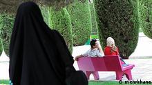 Titel: Liebe Bildbeschreibung: ein junges Paar im Park. Stichwörter: Iran, Liebe, Beziehung, Frauen und Männer, Mann und Frau Quelle: mehrkhane Lizenz: Frei