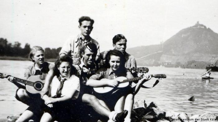 Kölner und Leverkusener Jugendliche auf einer Rheinkribbe, um 1939/40 (Fotograf: unbekannt)
