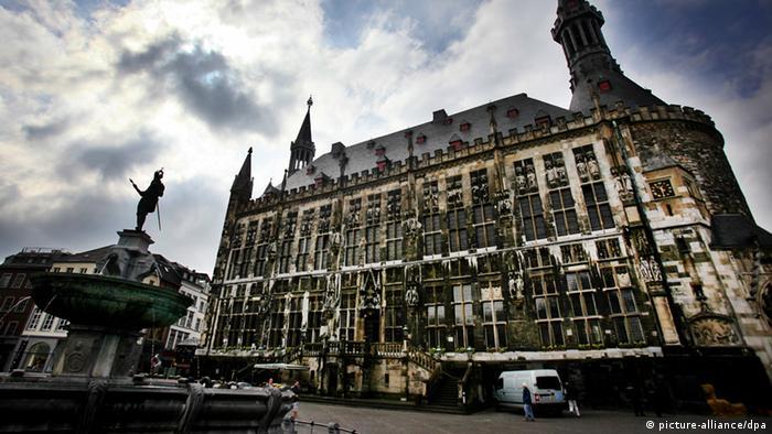 Aachener Rathaus mit Brunnen davor