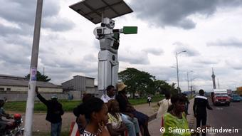 The robot replaces traffic lights.